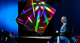 forscherin betrachtet buntes Prisma
