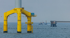 Fundament eines Offshore-Windrads im Meer