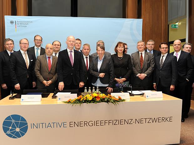 Staatssekretär Rainer Baake (6. v. l.) und Bundesumweltministerin Barbara Hendricks (9. v. l.) zusammen mit Mitgliedern der Initiative Energieeffizienz-Netzwerke; Quelle: BMWi/Susanne Eriksson