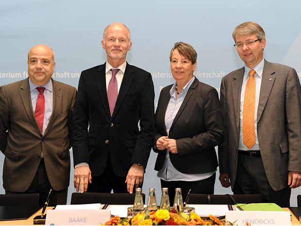 Staatssekretär Baake (2. v. l.) und Bundesumweltministerin Barbara Hendricks mit dem stellvertretenden DIHK-Hauptgeschäftsführer, Dr. Achim Dercks (rechts), und dem BDI-Hauptgeschäftsführer Dr. Markus Kerber (links); Quelle: BMWi/Susanne Eriksson