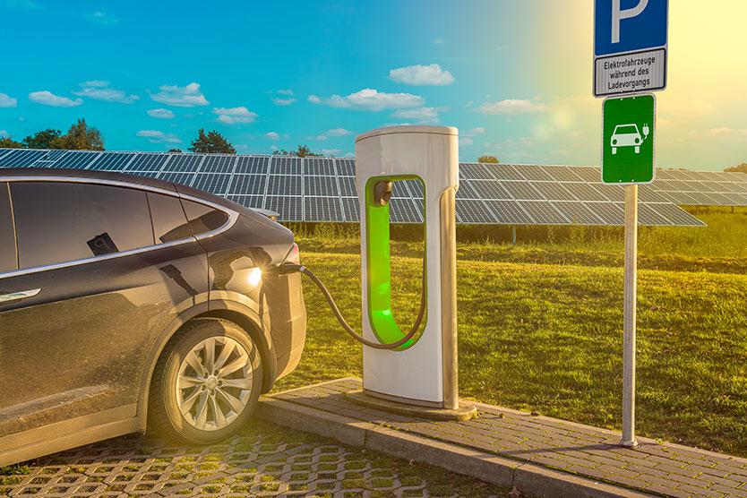 Icon eines Elektroautos auf einem Tankdeckel zum Thema Elektromobilität; Quelle: Getty Images/Lya_Cattel