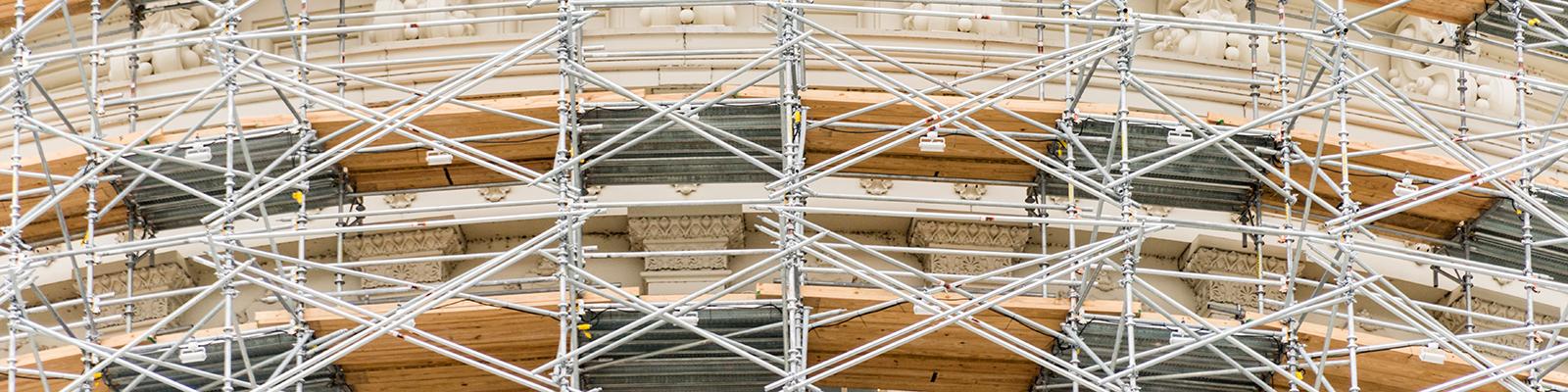 Ein eingerüstetes Gebäude symbolisiert Energiewende im Gebäudebereich; Quelle: istockphoto.com/OGphoto
