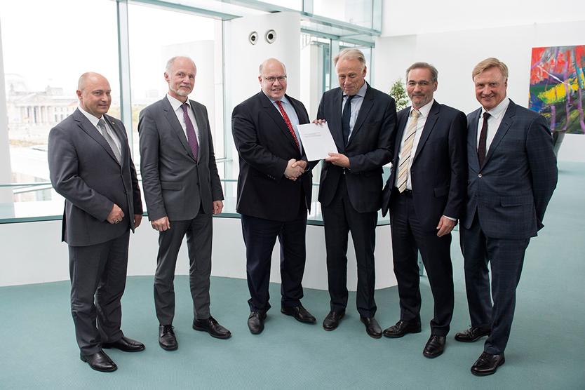 V.l.n.r: Rainer Bomba (Staatssekretär im Bundesverkehrsministerium), Rainer Baake (Staatssekretär im BMWi), Peter Altmaier (Chef des Bundeskanzleramtes), Jürgen Trittin, Matthias Platzeck und Ole von Beust.